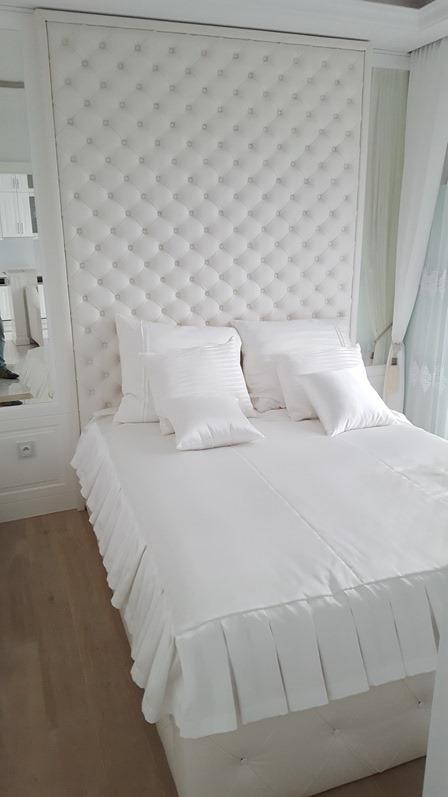 ekskluzywne łóżko z tapicerowana ściana